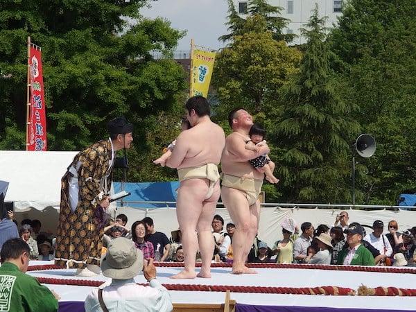 Le festival Nakizumo au Japon